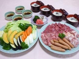 肉、野菜、おにぎり、おしんこ、たれなどの食材